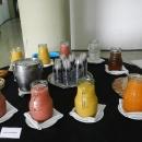 Grande variedade de sucos e refrigerantes, além de café a água